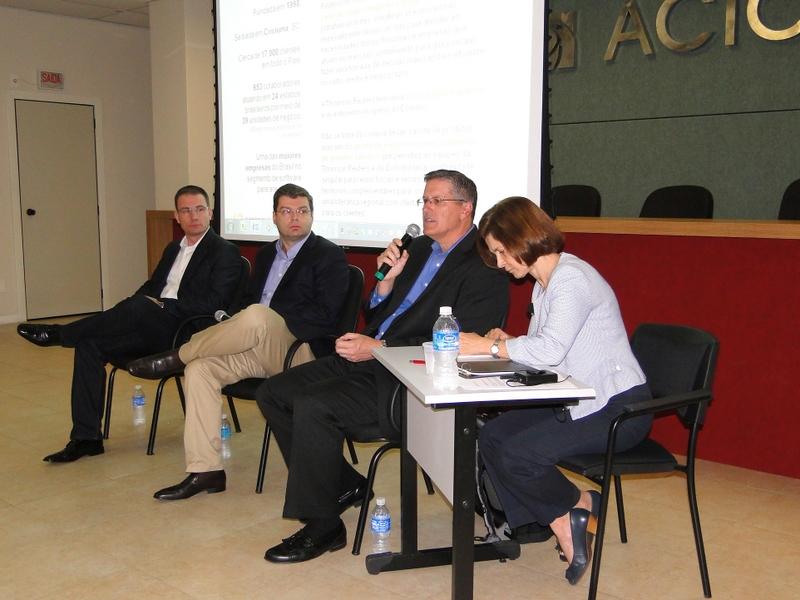 Aquisição foi anunciada em coletiva de imprensa no dia 03 de abril de 2014. Na foto estão Emerson Colombo (e), Oscar Balsini (centro) e Joe Jackson (d)