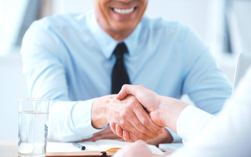 Contador cumprimenta cliente e garante futuro da contabilidade
