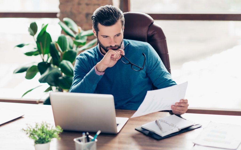 contador-com-papeis-escritorio-contabilidade